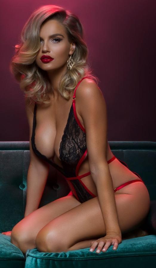 Αισθησιακό Δαντελένιο Κορμάκι από ιδιαίτερη δαντέλα με κόκκινες λεπτομέρειες. Ένα άκρως ερωτικό και sexy εσώρουχο με βαθύ ντεκολτέ που αφήνει πολλά σημεία ακάλυπτα, με δεσίματα από κόκκινα ελαστικά σατέν κορδόνια.