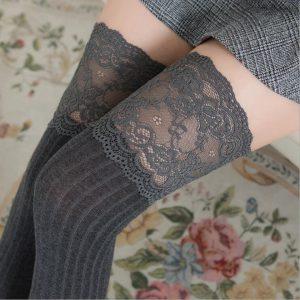 Ψηλές κάλτσες πάνω από το γόνατο με τελείωμα δαντέλας.